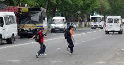 школьники на дороге
